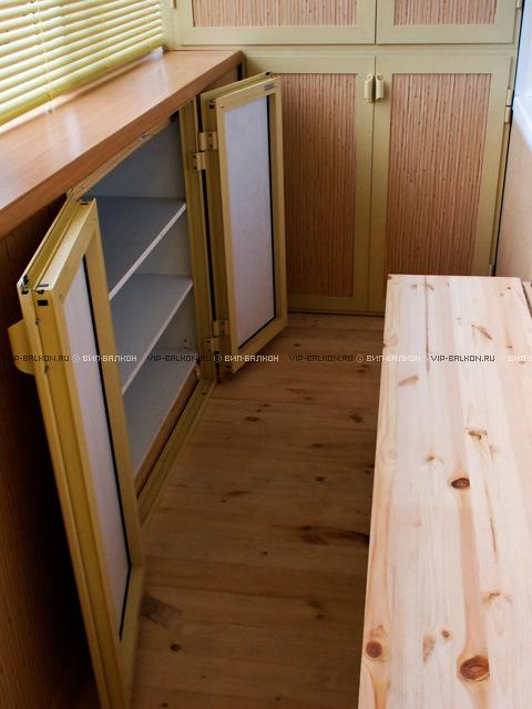 Интерьер балкона с встоенным шкафчиком под подоконником..