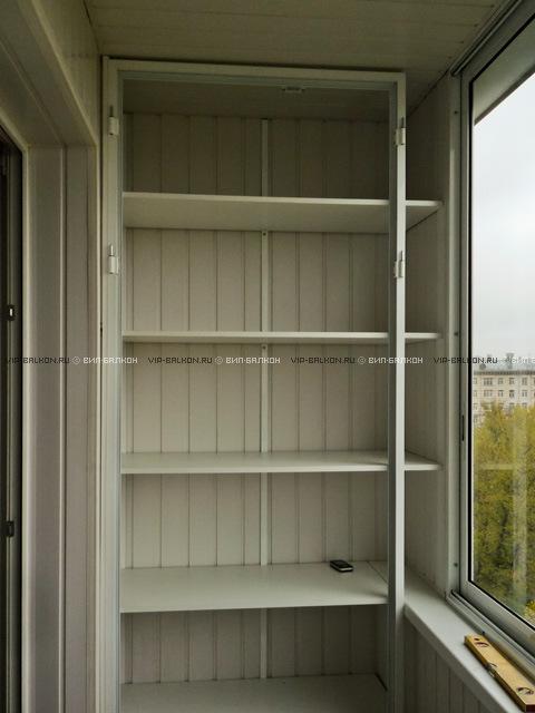 На балконе шкафчики и полочки..